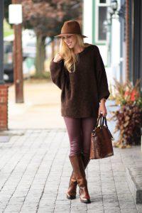 Модель в длинном коричневом свитере на улице