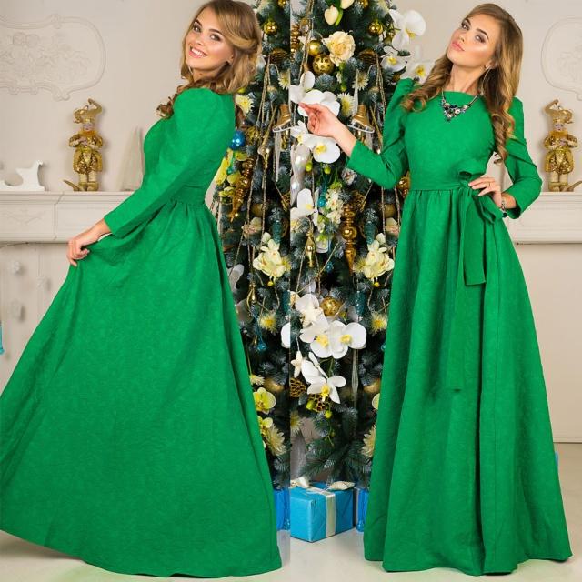 Две фотографии девушки в длинном платье зеленого цвета около елки