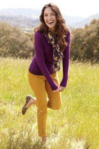 Девушка в поле в яркой одежде
