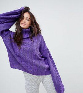 Девушка брюнетка в фиолетовом свитере и брюках