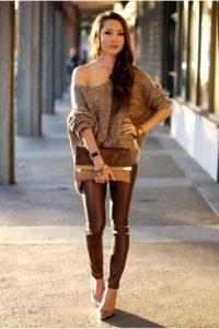 Модель легинасах, туфлях, свитере