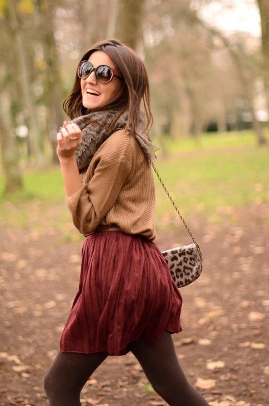 Девушка в осеннем парке в летящей юбке кирпичного цвета и коричневым свитере