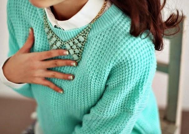 Бирюзовый свитер, белая рубашка и крупное колье