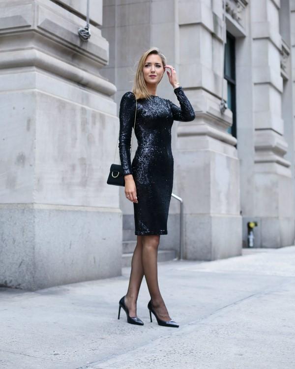 Красивая девушка в черном платье до колек