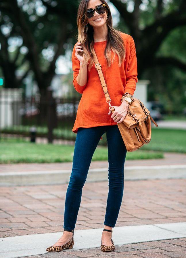 Яркий лук, состоящий из оранжевой сумки и свитера