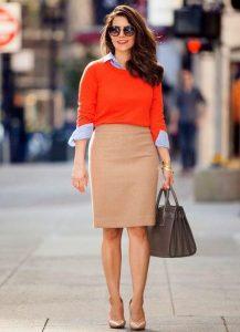 Деловой стиль: яркая кофта оранжевого оттенка, бежевая юбка и сумка