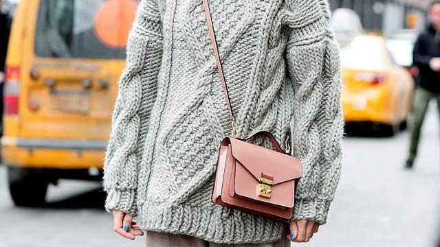 Серый свитер с розовой сумкой