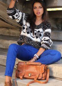 Девушка модель в синих брюках, коротком теплом свитере