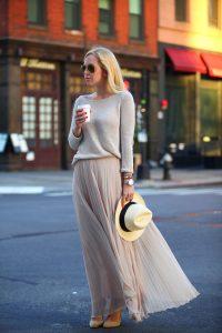 Красивый лук из юбки впол и длинного свитера