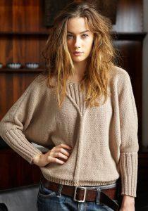 Девушка модель в свитере светло-коричневого цвета