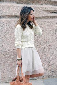 Девушка в белой юбке и белом свитере