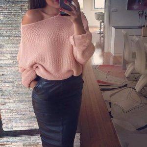 Девушка в свитере летучая мышь розового цвета и в юбке карандаш