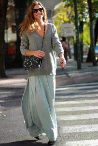 Девушка в длинной юбке и сером свитере