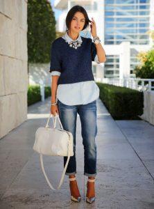 Девушка в укороченных джинсах, кофте и длинной рубашке