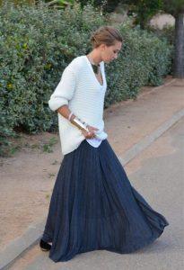 Длинная синяя юбка и белый свитер