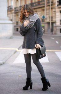 Девушка в платье на улице с сумкой черного цвета через плечо