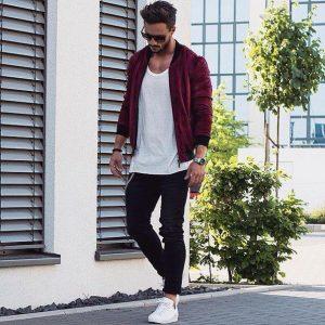 Парень в красной куртке, белой майке, темных джинсах, белых кедах