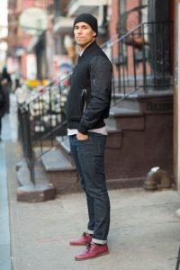 Мужчина в классическом стиле в темных джинсах, красных ботинках и в белой футболке