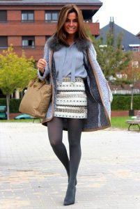 Девушка в серых колготах, светло-голубой блузке и пальто