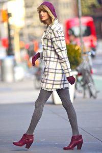 Модель в клетчатом пальто