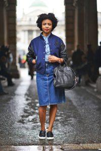 Девушка в джинсовой юбке, синей куртке бомбере и в блузке