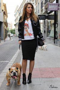 Девушка в белой футболке, в юбке карандаш и с собакой на поводке