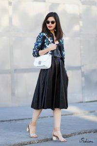 Девушка в черном платье и в куртке бомбере
