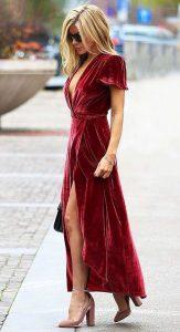 Лук с бархатным красным платьем.