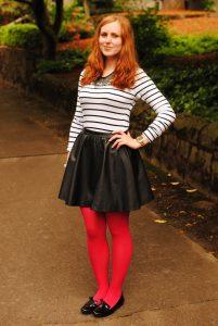 Девушка в черной юбке в красных колготках