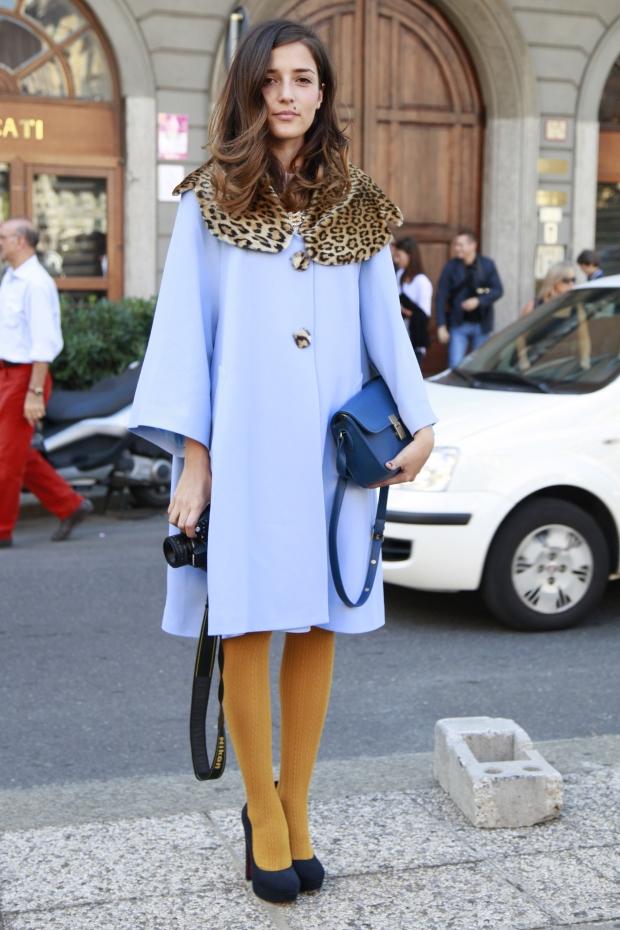 Девушка в длинном синем пальто.