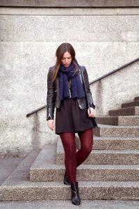 Девушка в черной кожаной куртке.