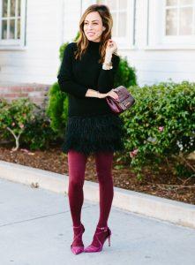 Девушка в черном платье, в бордовых колготках.