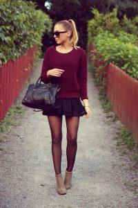 Сочетание бордового свитера с бордовыми чулками.