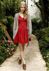 Taylor Swift в красном сарафане
