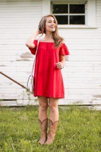Девушка в красном сарафане.