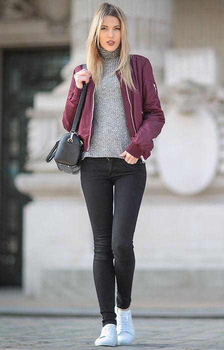 Девушка в бордовом бомбере и в сером свитере