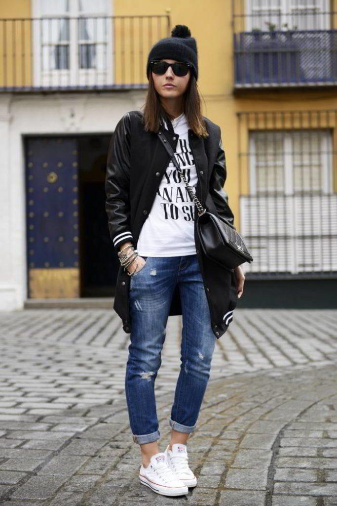 Девушка в черном бомбере, с черной сумкой и в белых кроссовках