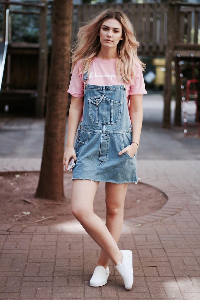 Модные образы с джинсовым сарафаном