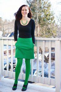 Сочетание зеленых колготок с зеленой юбкой.