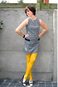 Желтые колготки под серое платье