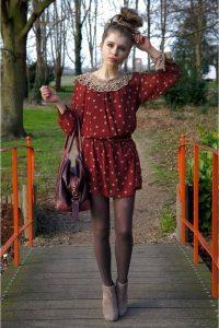 Сочетание бордового платья с коричневыми колготками.