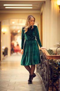 Девушка в коротком повседневном бархатном платье