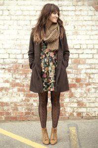 Лук с коричневым пальто