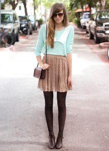 Девушка в коричневой юбке с коричневыми колготками.